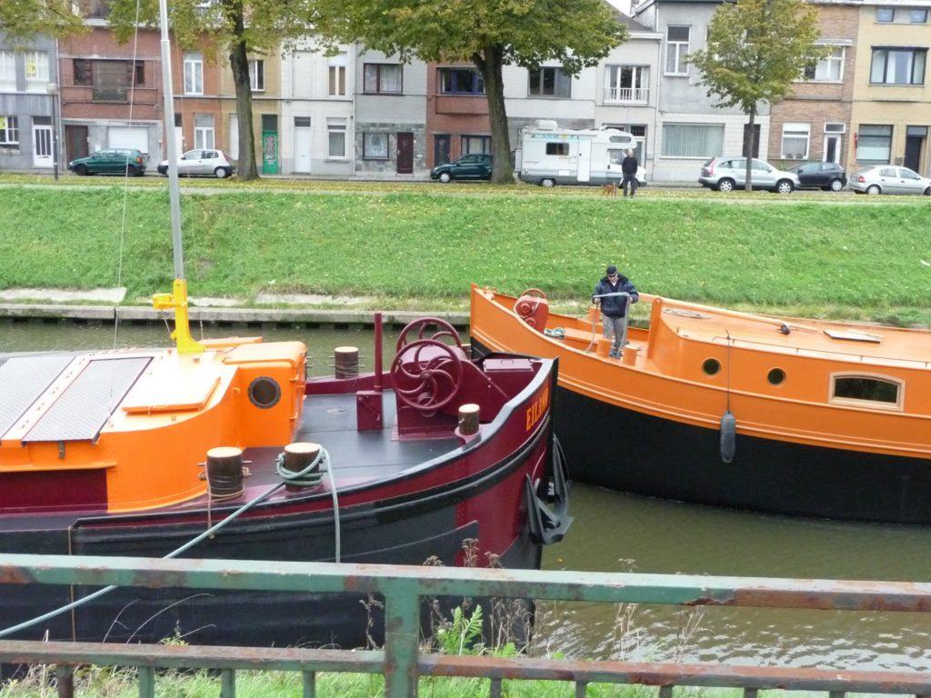 Luxe motor Eiland en spits Eiland in de thuishaven te Gent